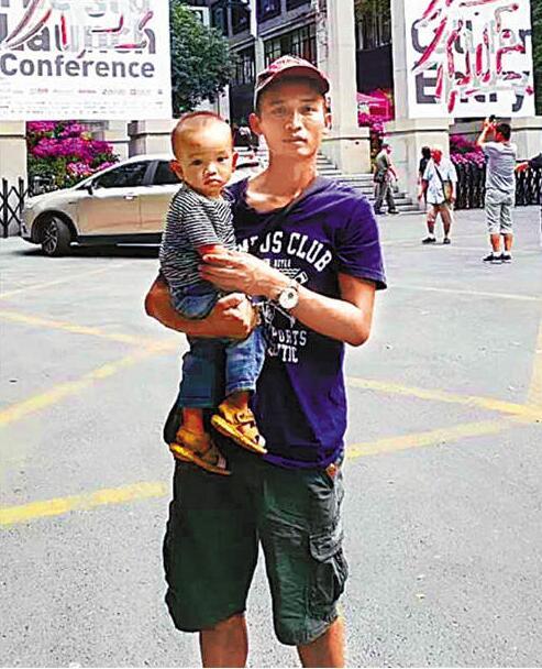 """抱着娃上中国美院的""""大叔"""" 原来是位励志哥"""