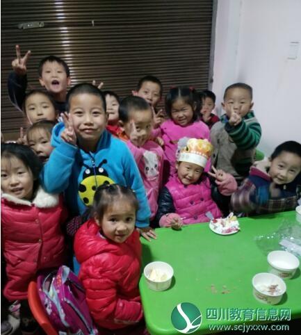 平昌县小天鹅育才学校为大班留守儿童过生日