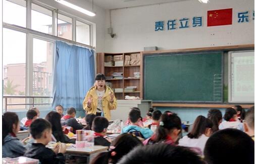 德阳市一小美术组深入开展新入职教师随堂课教研活动