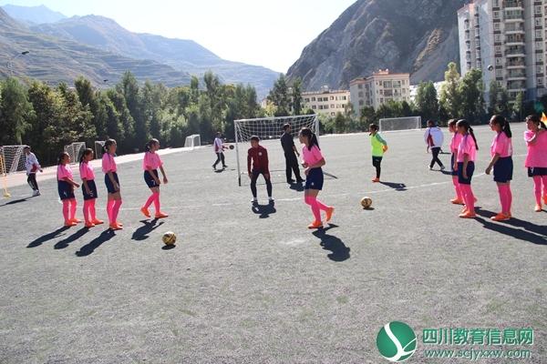 汶中足球小将绿茵赛场展风采