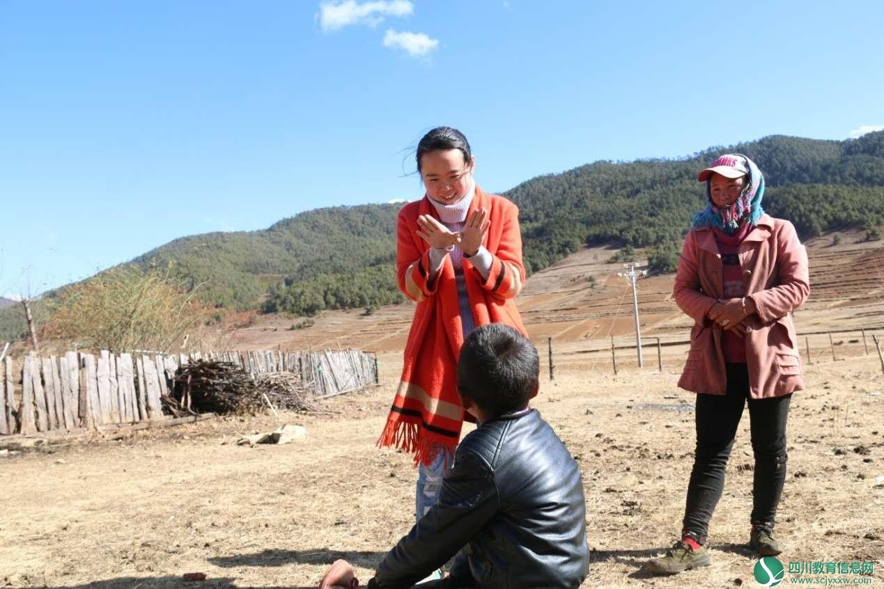 安居区援彝教师真情帮扶残疾儿童