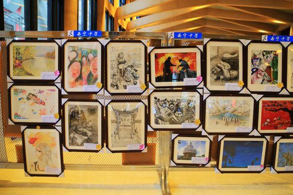 参加艺术节展出的学生书画摄影作品.JPG