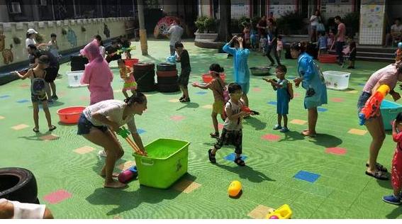 """市第十一中小学校幼儿园开展""""清凉一夏""""亲子打水仗活动"""