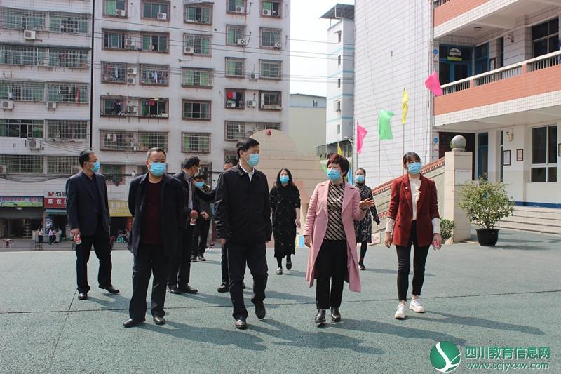 广安市副市长胡彦军一行莅临广安区东方小学校检查开学前准备工作