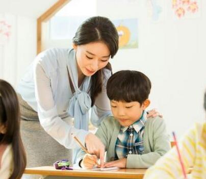 """全国政协委员呼吁给""""神兽""""的家长减负:改作业不是家长的事"""