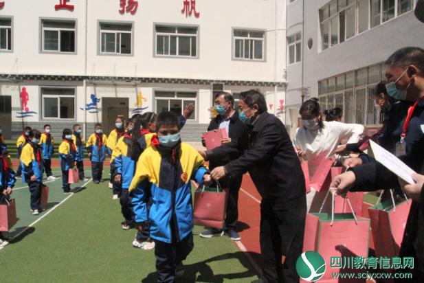 """甘孜州教育体育局走进校园开展""""六.一""""儿童节慰问活动"""