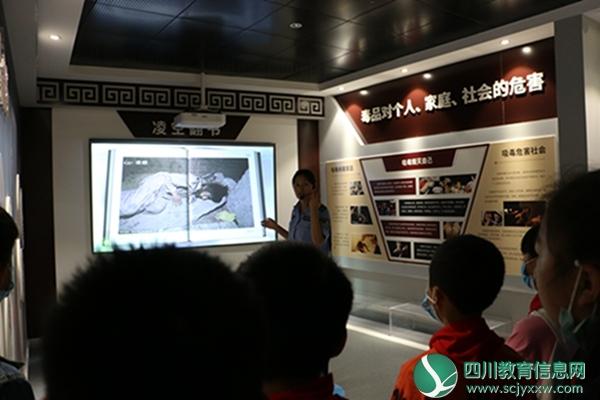 汶川县第一小学校组织学生参观汶川县禁毒教育基地
