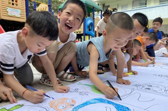 """广汉二幼毕业班绘画""""百米长卷"""",感恩在园成长时光"""