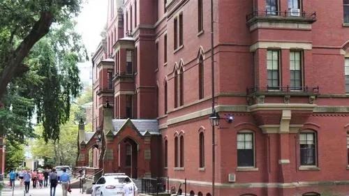 """由于申请""""间隔年""""和远程学习的学生人数众多,哈佛大学秋季学期只有25%申请入住宿舍。(美国《世界日报》/唐嘉丽 摄)"""