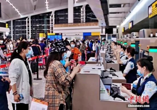 第二批中国<a href=http://www.scjyxxw.com/chuguoliuxue/ target=_blank class=infotextkey>留学</a>生赴英复学包机出发。(重庆机场集团供图)