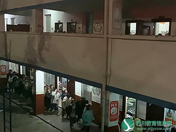 马边苏坝镇初级中学开展夜间应急疏散演练活动