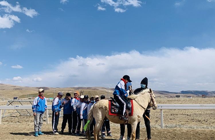 理塘县:继承传统,重返马背,孩子们的体育课搬进了赛马场