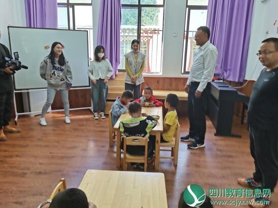 金天强书记(右二)在朴头小学中心幼儿园慰问.jpg
