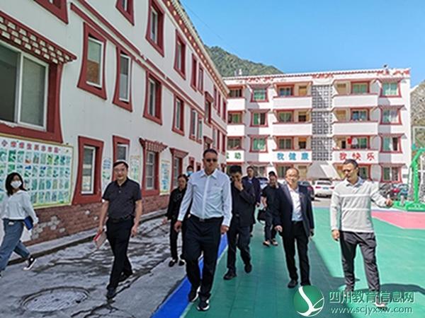 理县县委书记金天强一行到朴头小学开展教师节走访慰问活动